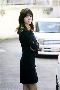 영화<감시자들>에서 천부적 기억력과 관찰력의 감시반 신참 하윤주 역의 배우 한효주가 28일 오후 서울 삼청동의 한 카페에서 오마이스타와 인터뷰에 앞서 자신이 맡은 배역에 어울리는 모습을 보여주고 있다. Korean Actresses, Korean Actors, Han Hyo Joo, Asian Beauty, Asian Girl, High Neck Dress, Kpop, Lady, Jeans