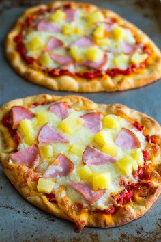 Hawaiian Naan Pizza makes a deliciously easy dinner that's cheaper, faster, and . - Just For 2 - Pizza Nann Bread Pizza, Flatbread Pizza, Pizza Pizza, Pizza Party, Pizza Recipes, Cooking Recipes, Yummy Recipes, Recipies, Naan Recipe