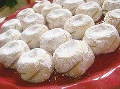 24 biscuits Mlewza (petits fours marocains amande et citron) : 400 g d'amandes mondées, 4 citrons jaunes (zestes uniquement), 200 g de sucre en poudre, 2 gros œufs (plus si besoin), 1/2 cc d'extrait de vanille (Extrait de vanille maison), 1 pincée de levure chimique, sucre glace.