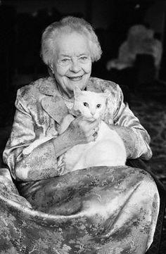 Louise Weiss née en (1893-1983).   Cette personne fut une femme politique et féministe. Elle se présenta aux élections législatives de 1936.