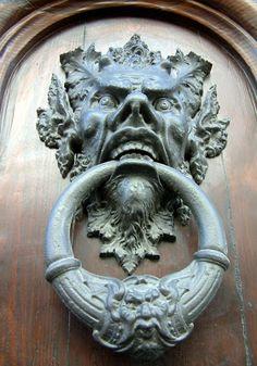 TRUCADORS / PICAPORTES / ALDABAS / KNOCKERS: MILÀ - ITÀLIA Toothy male head door knocker