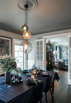 Sidsel Zachariassen's Christmas house in Denmark Decor, Gravity Home, Christmas Dining Room, Contemporary Living Spaces, Home, Modern Victorian Decor, Modern Victorian, Dining Room Victorian, Home Interior Design