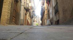 Amb la càmara a terra, un carrer.