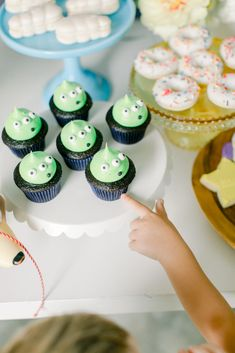 Guess what movie comes out today? My kids can't wait to see Toy Story We had the best time creating desserts for this shoot! Fête Toy Story, Toy Story Baby, Toy Story Theme, 2nd Birthday Party Themes, Toy Story Birthday, Boy Birthday, Birthday Ideas, Birthday Cakes, Toy Story Cupcakes