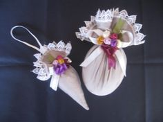 Hediyelik lavanta kesesi Lavender Bags, Lavender Sachets, Victorian Christmas Ornaments, Diy And Crafts, Arts And Crafts, Wedding Favor Bags, Pretty Designs, Shabby Chic, Ribbon Embroidery