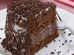 If you are a chocolate fan, you will most certainly enjoy this delicious chocolate cake. Try out the Portuguese brigadeiro cake. Sweet Recipes, Cake Recipes, Dessert Recipes, Dessert Food, Tasty Chocolate Cake, Chocolate Recipes, Bolo Chocolate, Chocolate Pudding, Brigadeiro Cake