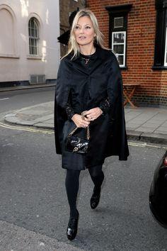 El look con capa de Kate Moss en su 44 cumpleaños