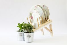 Scolapianta (Mathery studio, a dish rack that has been remodeled to also water your culinary herbs plants while cleaning the dishes. Herb Drying Racks, Drying Herbs, Rack Design, Diy Design, Creative Design, Interior Design, Wooden Dish Rack, Hanging Herbs, Dish Drainers