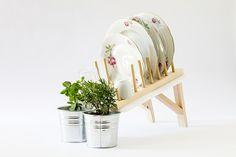 00f35b30bd22f852268ef47b11247e34Le studio Mathery a créé Scolapianta, un égouttoir à vaisselle malin permettant à l'eau de s'écouler directement dans les pots de vos plantes aromatiques. Les plantes aromatiques profitent donc d'une douche quotidienne tout en économisant l'eau du robinet.