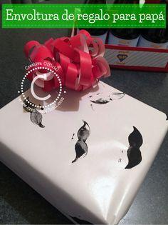 MIra que fácil es hacer este papel decorado con bigotes de regalo y este único y original moño ideales para el día del padre/ father's day.   Dale click al link para ver como hacerlo => http://creativaofficial.com/regalos-para-papa-papel-decorado-para-envolver-regalo-y-mono-creativo/