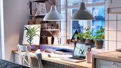 Küchentisch und Arbeitsplatz mit NUMERÄR Arbeitsplatte in Birke, HELMER Schubladenelement mit Rollen in Weiß, FOTO Hängeleuchten in Elfenbei...