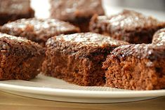 Den du ved nok kage - bedste opskrift på den populære kakaokage via Danish Dessert, Pavlova, Dessert Recipes, Desserts, Banana Bread, Cravings, Healthy Recipes, Healthy Food, Sweets