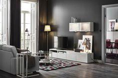 Móvel de televisão com todo o espaço para arrumar e organizar. A vitrine de vidro permite guardar as vossas peças favoritas e ainda dar luz ambiente.