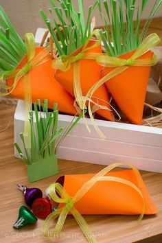 You won't believe how quick and easy these adorable carrot treat box favors are to make! Surprise kids with a delightful Easter treat in these easy DIY Easter carrot treat box favors. Easter Candy, Hoppy Easter, Easter Gift, Easter Treats, Easter Presents, Easter Desserts, Spring Crafts, Holiday Crafts, Diy Ostern
