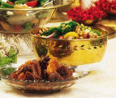 Savojkålssallad med russin och nötter är ett roligt inslag på middagsbordet. Med russin, nötter, rödlök och apelsin blir varje tugga ett äventyr av smaker!