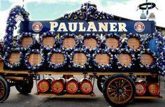 Leicht zu erkennen ist das Paulaner-Festzelt auch bekannt als Winzerer Fähndl - am sechs Meter hohen Maßkrug, der sich auf der Turmspitze dreht. In den bescheidenen Anfängen brachten die Besucher noch ihr Essen mit: Käse, Breze, Wurst und sogar das eigene Hendl. Dieses wurde für ein Entgelt im Zelt gebraten. Als Ausgleich langten die Münchner beim Trinken zu.  Heute ist das liebevoll dekorierte Paulanerbräu-Zelt für seine Gemütlichkeit bekannt. Hier treffen sich viele Stammgäste unter…
