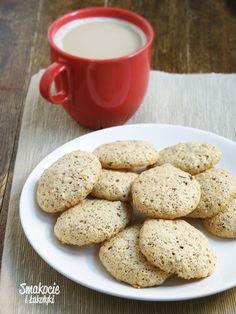 Hazelnut meringue cookies  - scroll down for English     Bogate w orzechy i przyjemnie karmelowe, delikatnie ciągnące się. Niby lekkie, ale...