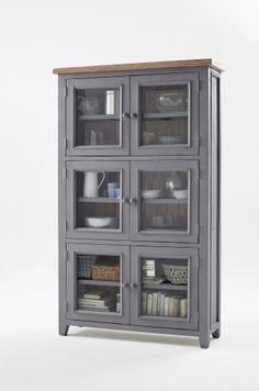 Flott og praktisk Byron vitrineskap med en rustikk grå finish. Skapet har god lagringsplass. Topplaten er i resirkulert