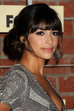 Zooey's 'New Girl' co-star Hannah Simone also has an envy fuelling set of bangs! Hannah Simone, Beautiful Celebrities, Beautiful Actresses, Beautiful People, Beautiful Women, New Girl Series, Hairstyles With Bangs, Celebrity Hairstyles, Hair Today