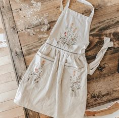 Embroidery On Clothes, Hand Embroidery Patterns, Embroidery Stitches, Embroidery Designs, Embroidered Apron, Cooler Look, Sewing Aprons, Aprons Vintage, Handmade Decorations
