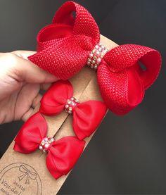 Mais uma opção de vermelho?!Siiiiiimmmmm!!!! É a cor mais pedida nessa época do ano, mas, vem cá, fala verdade, não são lindos esses laços… Baby Crafts, Diy And Crafts, Arts And Crafts, Ribbon Hair, Ribbon Bows, Boutique Hair Bows, Diy Bow, Ribbon Crafts, Girls Bows