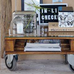 una super idea, con solo reciclar esas maderas de cualquier supermercado y poniendo ruedas,le da un aspecto muy moderno y practico  a la casa,perfecto el lugar para colocar las revistas!