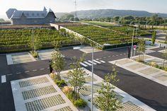 """Vue sur les """"collines"""" du """"Honfleur Normandy Outlet"""" et son parking paysagé Landscape And Urbanism, Park Landscape, Landscape Architecture Design, Green Architecture, Architecture Details, Landscape Steps, Car Park Design, Parking Design, Design Portfolio Layout"""