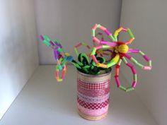Een bloem van rietjes knutselen