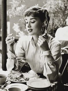 Learn these Audrey Hepburn Smoking Facts and pictures of her smoking . Our charming Audrey Hepburn was a heavy smoker indeed! Audrey Hepburn Smoking, Audrey Hepburn Born, Audrey Hepburn Photos, Katharine Hepburn, Audrey Hepburn Bangs, Golden Age Of Hollywood, Classic Hollywood, Old Hollywood, Hollywood Actresses
