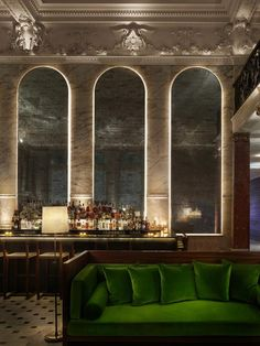 Una vista del bar nella lobby dell'hotel. Nell'idea di Ian Schrager, nel tempo dei social network, le aree comiuni degli hotel sono ormai dedicate sia al lavoro cghe al divertimento, vengono frequentate sia digiorno che di notte