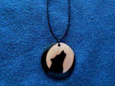 COLGANTE, LLAVERO O PENDIENTES de madera con la silueta de la luna y un lobo aullando pirograbado a mano. #epyro #pirograbado #pyrography #pyrographyart #woodburn #woodburning #woodburningart #hechoamano #handmade #madera #wood #handmadejewelry #woodjewelry #woodpendant #woodnecklace #colgante #colgantes #pendant #pendants #necklace #necklaces #pendientes #earrings #llavero #llaveros #keychain #keychains #lobo #lobos #wolf #wolves #luna #moon