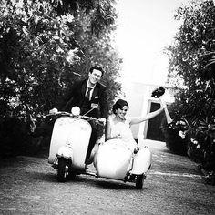 """Chegando com estilo! ✨ Uma ideia super criativa e divertida para a entrada dos noivos na recepção, após a cerimônia. Esta motocicleta com o """"sidecar"""" é super estilosa e mostra uma pouco da personalidade do casal. Ideia bem vintage e cool! ✨{via @madrigalfotografo Instagram}  #entrada #noivos #recepcao #festa #casamento #motocicleta #estilo #vintage #inspiracaodecasamento #ideiasdecasamento #entrance #brideandgroom #reception #party #wedding #motocycle #sidecar #style #cool…"""