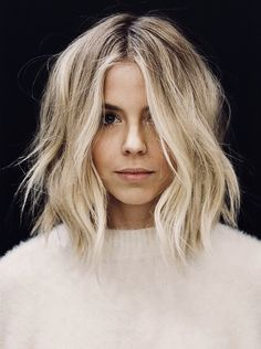 Everyday With J - Hair + Beauty - perfect light blonde balayage - Curls For Medium Length Hair, Curled Hairstyles For Medium Hair, Layered Hairstyles, Middle Part Hairstyles, Centre Parting Hairstyles, Lob For Thin Hair, Hair Medium, Middle Length Hair, Trendy Hairstyles