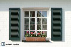 Sprossenfenster sind elegant und stilvoll. Hier kombiniert mit passenden Fensterläden mit dekorativer Funktion.