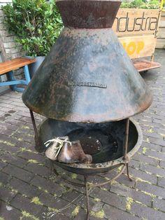 Een fantastisch authentiek industrieel/vintage item: Mooie stevige gietijzeren buitenhaard / kachel. Geeft je huis of kantoor een nieuwe uitstraling!