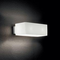 Applique Box AP2 - Blanc – Ideal-Lux  L'applique Box coloris blanc éclairera votre mur avec goût et efficacité. Ses lignes géométriques lui donnent un design contemporain qui conviendra à tous les styles de décoration intérieure. Ce luminaire design propagera une lumière généreuse et homogène vers le haut et le bas, grâce à son diffuseur en verre soufflé. L'applique Box apportera une note chic à votre couloir ou votre salon, avec son socle de fixation de couleur chrome.