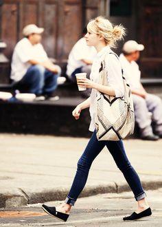 シャツ×デニム×スニーカーはLAの女の子たちのスタンダードです。颯爽と歩いている何気ない姿も素敵ですね!