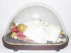 Enfant Jésus en cire sous un globe en verre, XIXème s. Longueur du Christ : 27 cm