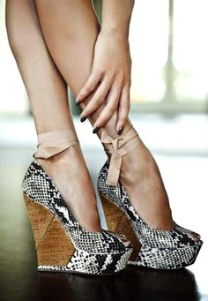 OMG... I'm in looooooove!! This is elegance with a twist. #snakeskin #wedges #shoes