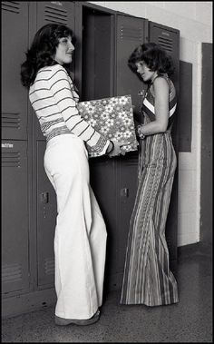 Two girls at their high school lockers, - vintage everyday - Deep Nostalgia Style Année 70, 1970 Style, Boho Mode, Mode Hippie, Moda Fashion, Retro Fashion, Trendy Fashion, Fashion Fashion, Fashion Black