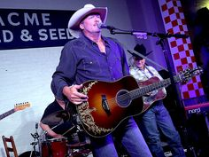 Alan Jackson Opens His New Nashville Restaurant with a Surprise Concert Alan Jackson Music, Allen Jackson, Jackson Life, Nashville Restaurants, Nashville News, American Country Music Awards, Country Singers, Southern Men, Musik