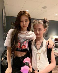 Jennie ve Ella çok benziyorlar Blackpink Jennie, South Korean Girls, Korean Girl Groups, Black Pink, Blackpink Photos, Pictures, Blackpink Jisoo, Girl Crushes, Kpop Girls