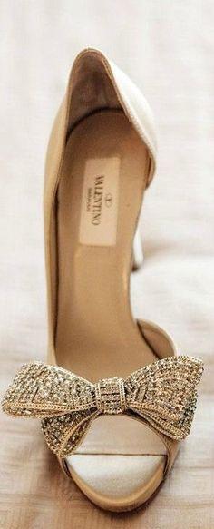 Zapatos para invitadas a bodas con moño en color champagne de Valentino. Hermoso y delicado.