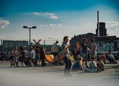 Sonntag 08.05., 17.36 Uhr — Schöneweide, Parkdeck Weyde³: Eines der ersten Open Airs des Jahres mit bestem Wetter. © Stadtkind