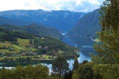 Met 179 kilometer is het Hardangerfjord in Hordaland de op één na langste in Noorwegen. Dit fjord is 725 meter diep. Vanwege de vele fruitbomen die hier staan wordt het Hardangerfjord ook wel de 'tuin van Noorwegen' genoemd. Het gebied rond dit fjord wordt Hardanger genoemd. Het ligt in de buurt van het Folgefonna National Park, het thuis van de Folgefonna-gletsjer. Het Hardangerfjord ligt op zo'n 45 kilometer van Bergen, vanuit Oslo is het zo'n 6 uur rijden.