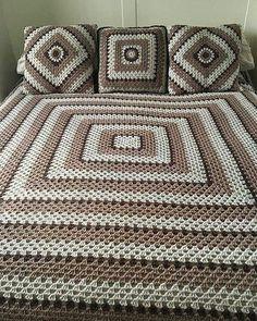 My bedspread and cushions just need to finish border on the bedspread Meine Bettdecke und meine Kiss Crochet Bedspread Pattern, Crochet Quilt, Granny Square Crochet Pattern, Afghan Crochet Patterns, Crochet Squares, Baby Blanket Crochet, Easy Crochet, Crochet Baby, Crochet Amigurumi