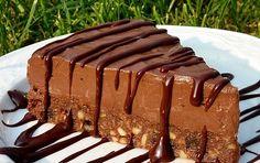 Ingrédients Pour le biscuit : 100 g de chocolat noir 65 g de beurre 65 g de sucre 40 g de farine 1 œuf 65 g de noix cacao en poudre 1 pincée de levure chimique Pour la mousse : 85 g de beurre 80 g de chocolat au lait 50 g de chocolat noir …