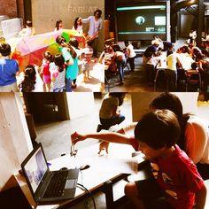 #NotasCONARTE El acceso a las tecnologías digitales para realizar trabajos colaborativos que estimulan la creatividad atrajo a familias completas que se unieron el pasado sábado en el FabLat Fest desarrollado en la Nave Generadores.  Las familias que acudieron participaron activamente en el taller Fab Rhino en el que niños en compañía de padres y abuelos trabajaron en conjunto para la construcción de un rinoceronte de cartón. Por su parte los niños más pequeños se aproximaron a la literatura…