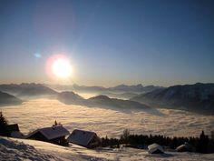 Mit 500 km² ist der Outdoorpark Oberdrautal das größte natürliche Sportareal Kärntens. Zentrales Angebot ist das weitverzweigte Ski- und Wanderwegenetz zwischen Lienzer Dolomiten, Gailtaler Alpen und der Kreuzeckgruppe, das auch im Winter perfekt – für Skitouren – genutzt werden kann. Suchen Sie sich Ihre ganz persönliche Route aus. Celestial, Sunset, News, Outdoor, Painting & Drawing, Paintings, Drawings, Communities Unit, Family Vacations
