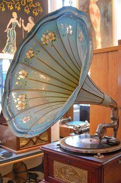 Vintage gramophone oh so shabby chic. Vintage Love, Vintage Beauty, Vintage Decor, Vintage Antiques, Retro Vintage, Vintage Items, Art Nouveau, Art Deco, Record Players